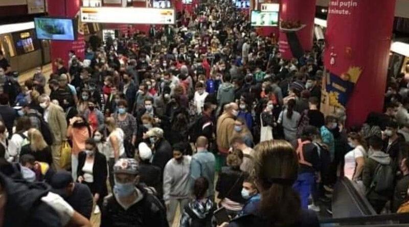 FOTO: Imagini incredibile cu aglomerațiile din București. Într-o stație de metrou, oameni cât la 10 nunți